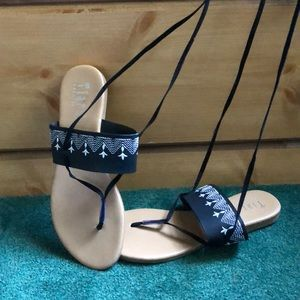 Sandals with leg ties